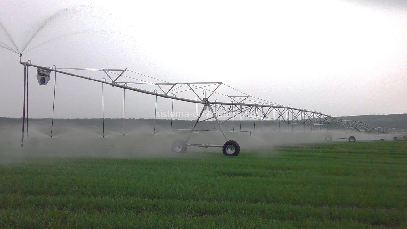 Дождевальная машина Reinke на поливе сельхоз полей